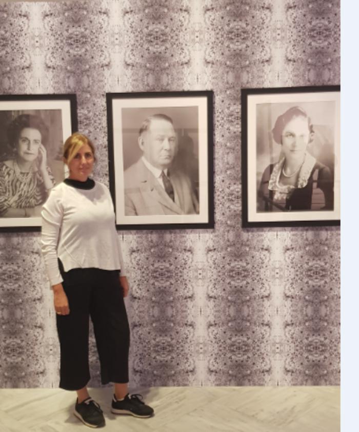 """Η πυρηνική γιατρός και καλλιτέχνης, Θάλεια Γκατζούλη, μπροστά από το έργο της """"Pose andoing time"""" που αναφέρεται στα πειράματα """"επέκτασης"""" της ζωής μέσω κρυογονικών μεθόδων"""