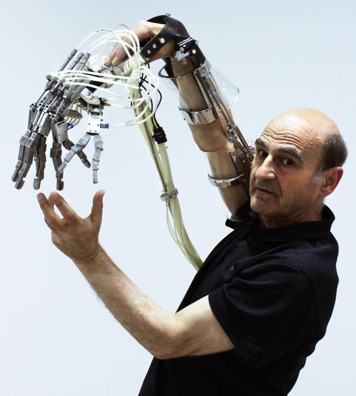 Τιμώμενος καλλιτέχνης είναι ο Stelarc: Extended Arm, Scott Livesey Galleries, Melbourne 2011 - Photographer - Dean Winter (Courtesy of the Artist)