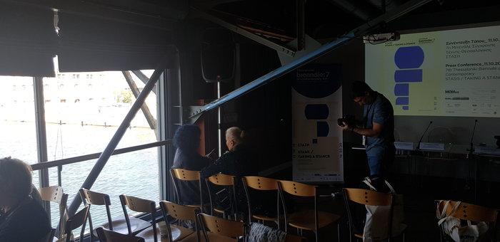 Λίγο πριν ξεκινήσει η συνέντευξη τύπου στο Πειραματικό Κέντρο Τεχνών (Αποθήκη Β1) στο λιμάνι της Θεσσαλονίκης