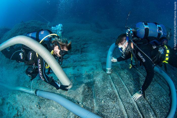 Καθαρισμός του σκαριού του πλοίου (φωτ. Γ. Ίσσαρης).