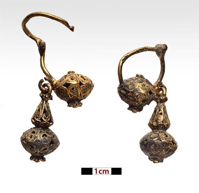 Ζευγάρι χρυσών σκουλαρικιών (φωτ. Π. Βεζυρτζής).