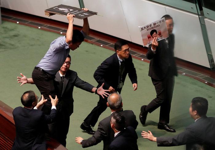 Χονγκ Κονγκ: Κυνήγησαν με πινακίδες την πρόεδρο Λαμ (φωτό) - εικόνα 2