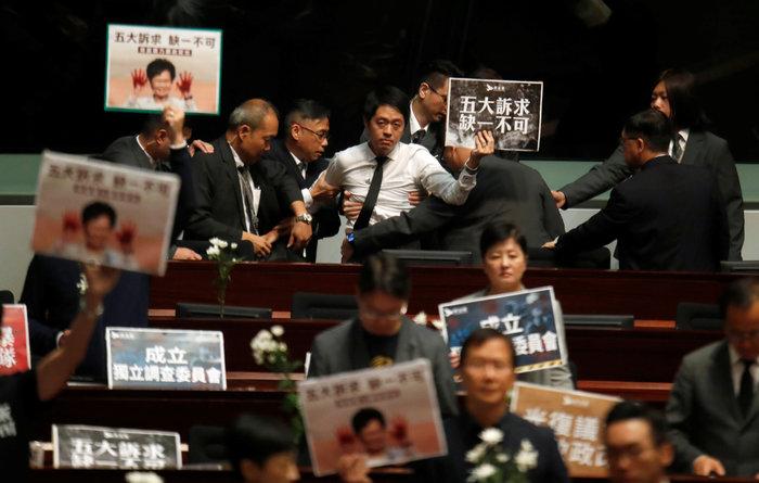 Χονγκ Κονγκ: Κυνήγησαν με πινακίδες την πρόεδρο Λαμ (φωτό) - εικόνα 3