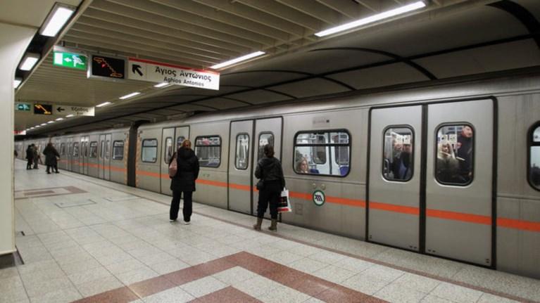 prasino-fws-apo-to-ste-gia-ti-grammi-4-tou-metro