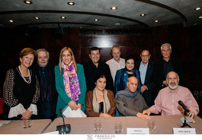 (Από αριστερά) Μ. Θεοχαράκη, Γ. Μανιώτης, Μ. Αλεξοπούλου, Τ. Μαυρωτάς, Θ. Καστανιώτης, Μ. Λαμπράκη - Πλάκα, Β. Θεοχαράκης, Β. Χρόνης. Καθιστοί: Λ. Κονιόρδου, Α. Φασιανός, Θ. Νιάρχος.