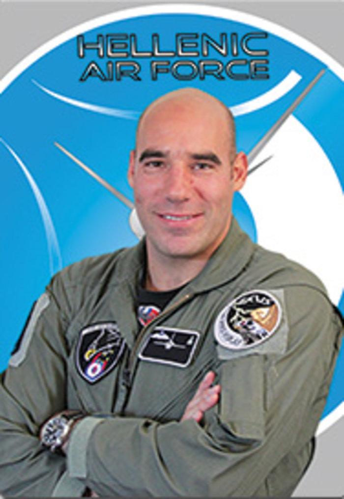 """25η Μαρτίου: Αυτός είναι ο πιλότος της ομάδας """"Ζευς"""" που συγκλόνισε την Ελλάδα με το μήνυμά του [Εικόνες] - εικόνα 3"""