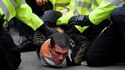 Ανδρας ακινητοποιήθηκε από αστυνομικούς στη Ντάουνινγκ Στριτ