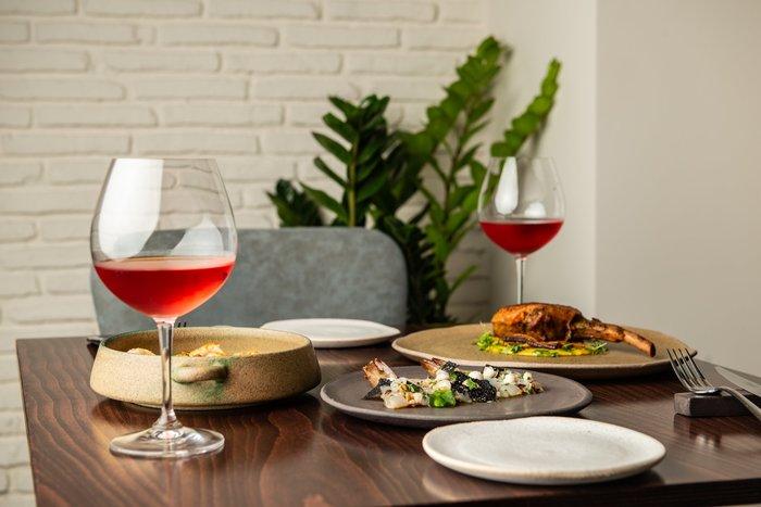 Ένα μίνιμαλ εστιατόριο στο Κολωνάκι το νέο βήμα του νικητή του MasterChef - εικόνα 2