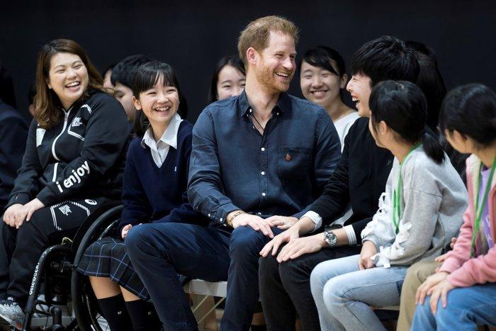 Πρίγκιπας Χάρι: Μαθήτρια τον έκανε να κοκκινήσει, της έδειξε τη βέρα του - εικόνα 2