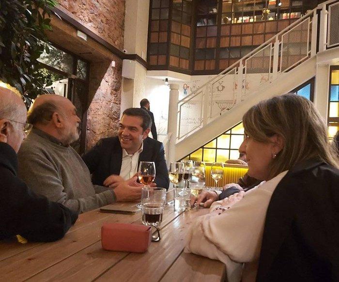 Σε μπαρ στου Ψυρρή ο Αλέξης Τσίπρας με τους βουλευτές του [φωτό]