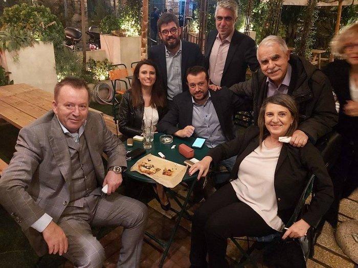 Σε μπαρ στου Ψυρρή ο Αλέξης Τσίπρας με τους βουλευτές του [φωτό] - εικόνα 4
