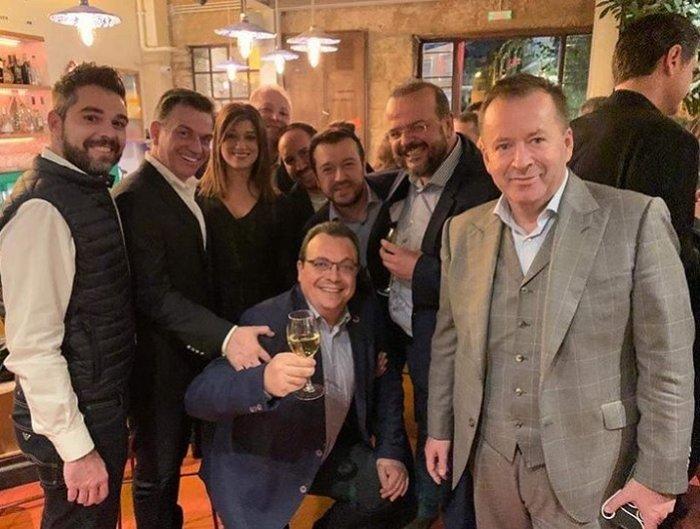 Σε μπαρ στου Ψυρρή ο Αλέξης Τσίπρας με τους βουλευτές του [φωτό] - εικόνα 5