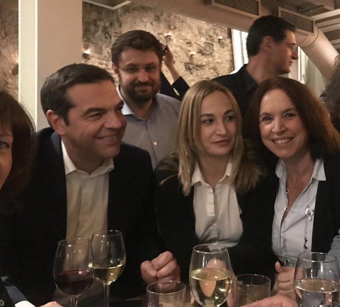Σε μπαρ στου Ψυρρή ο Αλέξης Τσίπρας με τους βουλευτές του [φωτό] - εικόνα 6