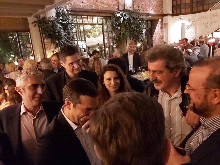 Σε μπαρ στου Ψυρρή ο Αλέξης Τσίπρας με τους βουλευτές του [φωτό] - εικόνα 7