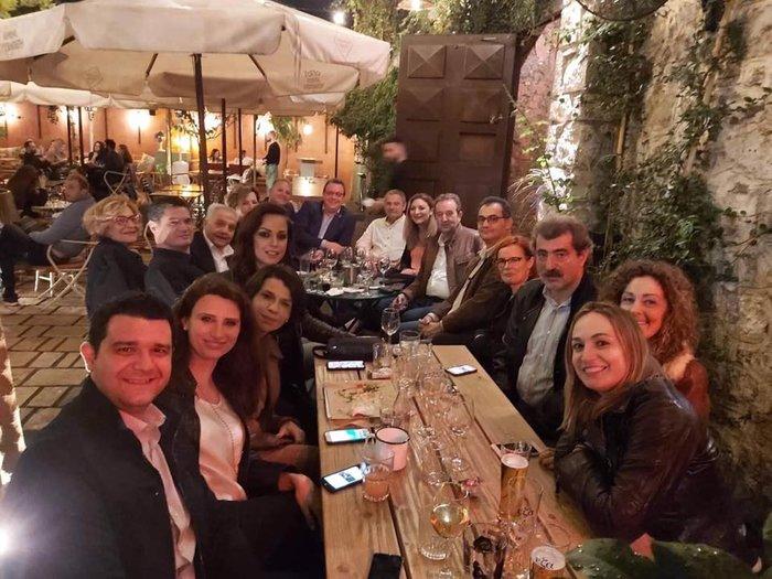 Σε μπαρ στου Ψυρρή ο Αλέξης Τσίπρας με τους βουλευτές του [φωτό] - εικόνα 8