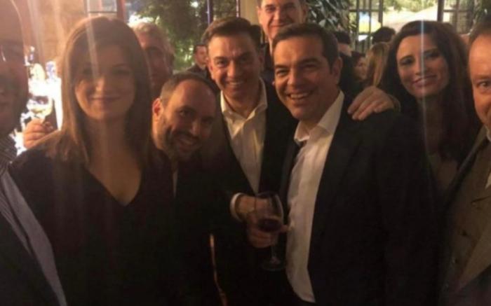 Σε μπαρ στου Ψυρρή ο Αλέξης Τσίπρας με τους βουλευτές του [φωτό] - εικόνα 10