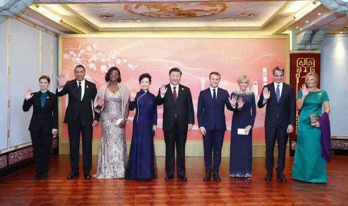 Μαρέβα και Μπριζίτ ξανά μαζί με μάξι φορέματα στη Σανγκάη