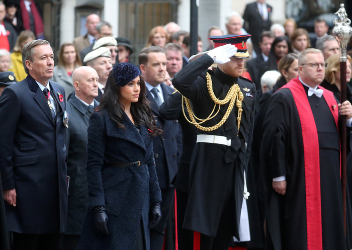 Μέγκαν Μαρκλ: Πιο όμορφη από ποτέ με oversized παλτό και Philip Treacy