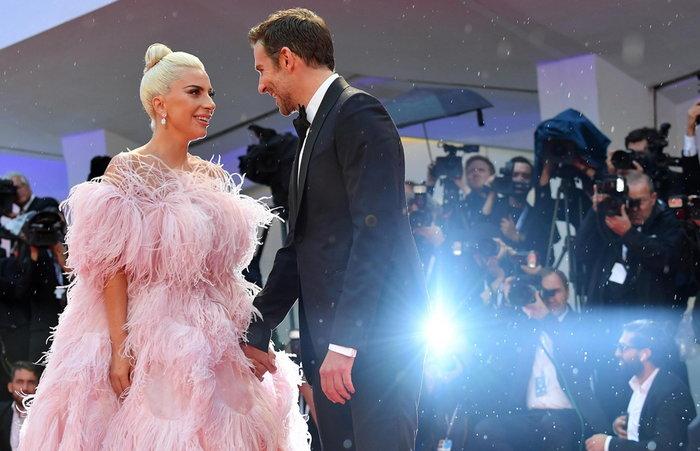 H Lady Gaga απαντά για τη «σχέση» της με τον Μπράντλεϊ Κούπερ