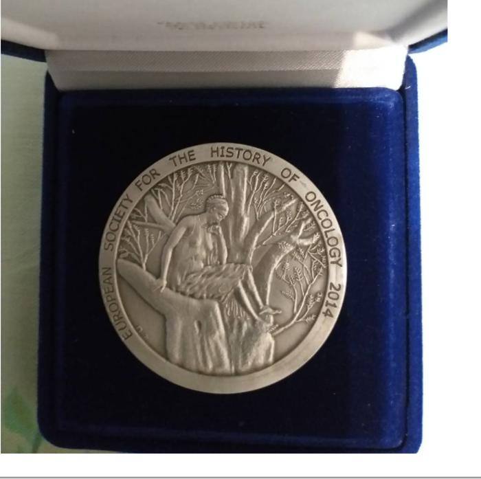 Το μετάλλιο που επιδόθηκε στον ομότιμο καθηγητή του ΕΚΠΑ Γεώργιο Δαΐκο για την ουσιώδη υποστήριξη του στην εδραίωση και εκπτυξη του επιστημονικού κλάδου της Παλαιο-Ογκολογίας παγκοσμίως φιλοτεχνημένο από τον γλύπτη Θεόδωρο Παπαγιάννη εξ' Ιωαννίνων