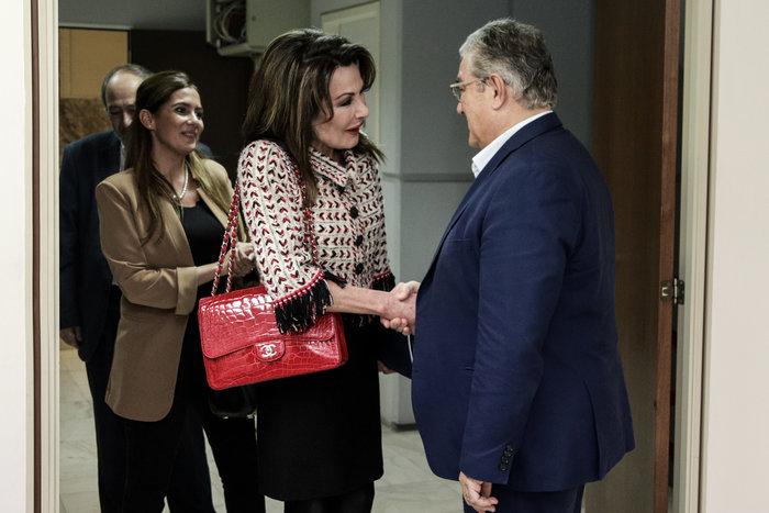 Γιάννα Αγγελοπούλου: Κομψή με τουίντ σακάκι και κόκκινη Chanel κροκό τσάντα