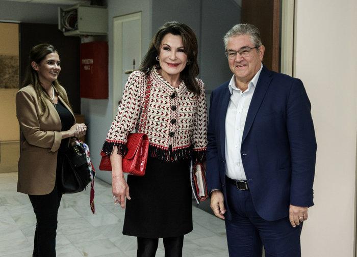 Γιάννα Αγγελοπούλου: Κομψή με τουίντ σακάκι και κόκκινη Chanel κροκό τσάντα - εικόνα 4