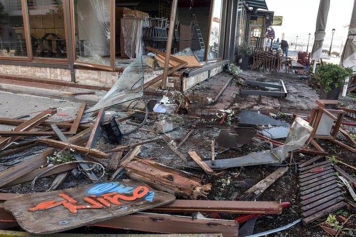 Σοκαριστικό τροχαίο: Οδηγός ΙΧ ισοπέδωσε τρία μαγαζιά στο Λουτράκι