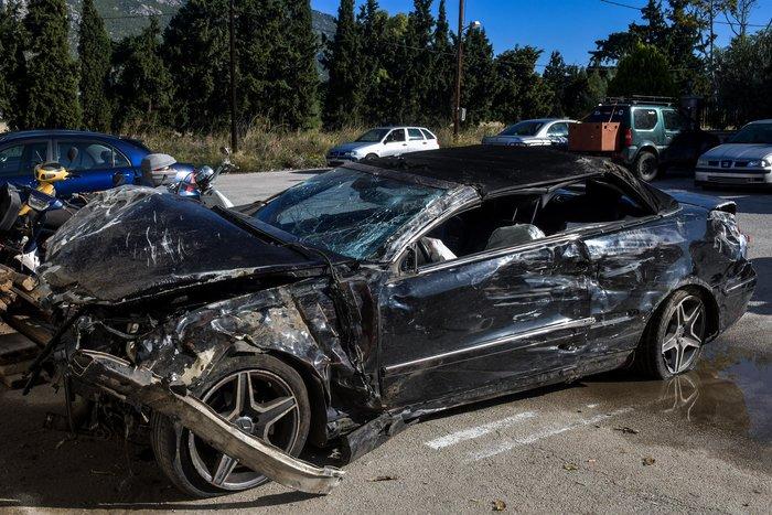 Σοκαριστικό τροχαίο: Οδηγός ΙΧ ισοπέδωσε τρία μαγαζιά στο Λουτράκι - εικόνα 2