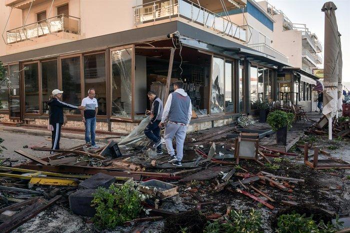 Σοκαριστικό τροχαίο: Οδηγός ΙΧ ισοπέδωσε τρία μαγαζιά στο Λουτράκι - εικόνα 3