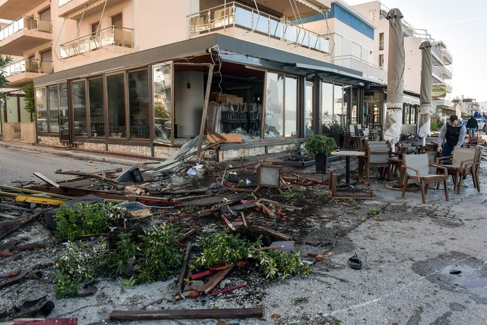 Σοκαριστικό τροχαίο: Οδηγός ΙΧ ισοπέδωσε τρία μαγαζιά στο Λουτράκι - εικόνα 5