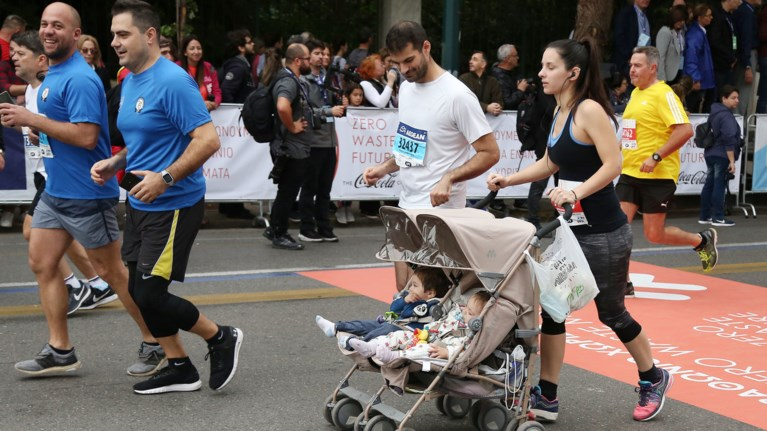 Μαραθώνιος με το καρότσι: Οι νέοι γονείς δίνουν το παράδειγμα