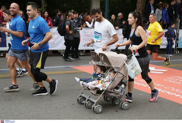 Μαραθώνιος με το καρότσι: Οι νέοι γονείς έδωσαν το καλό παράδειγμα
