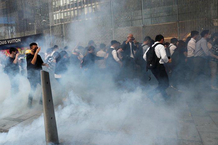 Χονγκ Κονγκ: Αστυνομικός πυροβολεί εν ψυχρώ διαδηλωτή