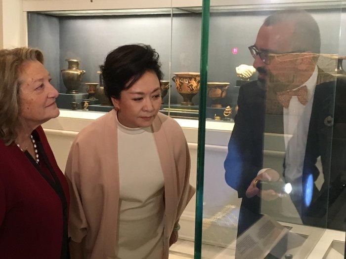Η πρώτη κυρία της Κίνας, Πενγκ Λιχουάν, στο Μουσείο Μπενάκη - Εικόνες - εικόνα 2
