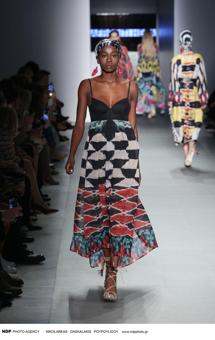 Σουζάνα Κουόλ: Με περούκες και μαντήλια στα μαλλιά στην εβδομάδα μόδας