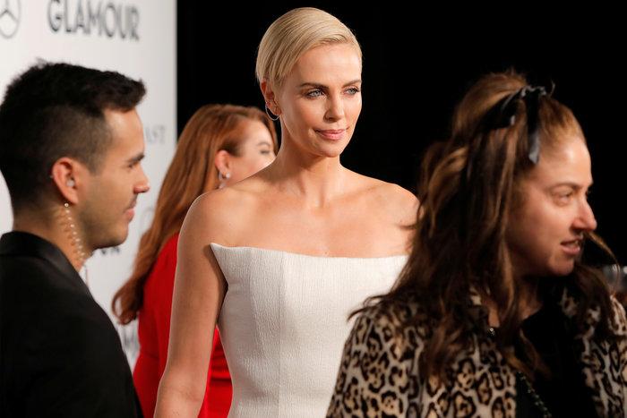 Σαρλίζ Θερόν: Πανέμορφη με αγαλματένιο μπούστο και πλατινέ μαλλί