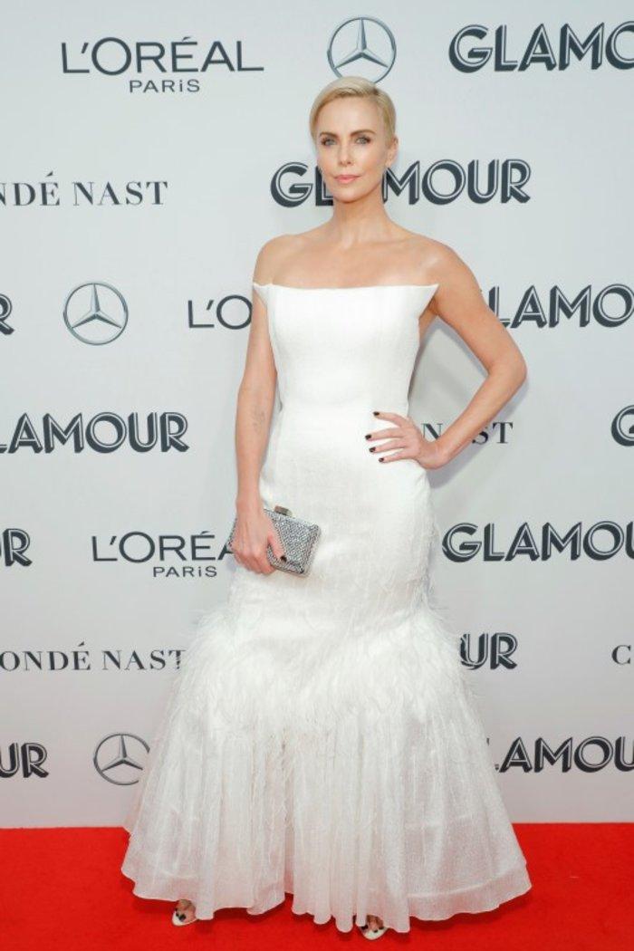 Σαρλίζ Θερόν: Πανέμορφη με αγαλματένιο μπούστο και πλατινέ μαλλί - εικόνα 7