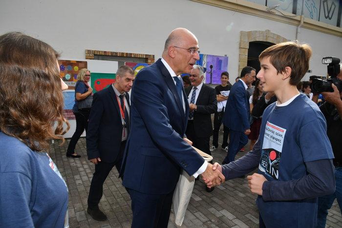 Μαθητής της Ελληνογερμανικής Αγωγής ευχαριστεί τον Υπουργό Εξωτερικών, κ. Νίκο Δένδια, για την παρουσία του στην εκδήλωση ‹‹Γκρεμίζοντας τείχη, χτίζοντας γέφυρες››.