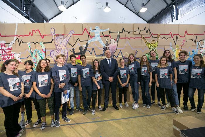 Ο Υπουργός Εξωτερικών κ. Νίκος Δένδιας με τους μαθητές της DSA Γερμανικής Σχολής Αθηνών και της Ελληνογερμανικής Αγωγής στην εκδήλωση ‹‹Γκρεμίζοντας τείχη, χτίζοντας γέφυρε