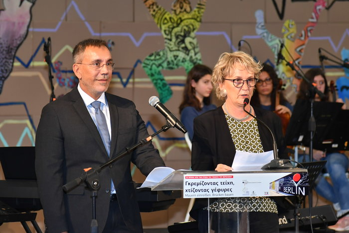 Ο Γενικός Διευθυντής της Ελληνογερμανικής Αγωγής κ. Σταύρος Σάββας και η Διευθύντρια της DSA Γερμανικής Σχολής Αθηνών κα Annette Brunke- Kullik καλωσορίζουν στην εκδήλωση ‹‹Γκρεμίζοντας τείχη, χτίζοντας γέφυρες››.