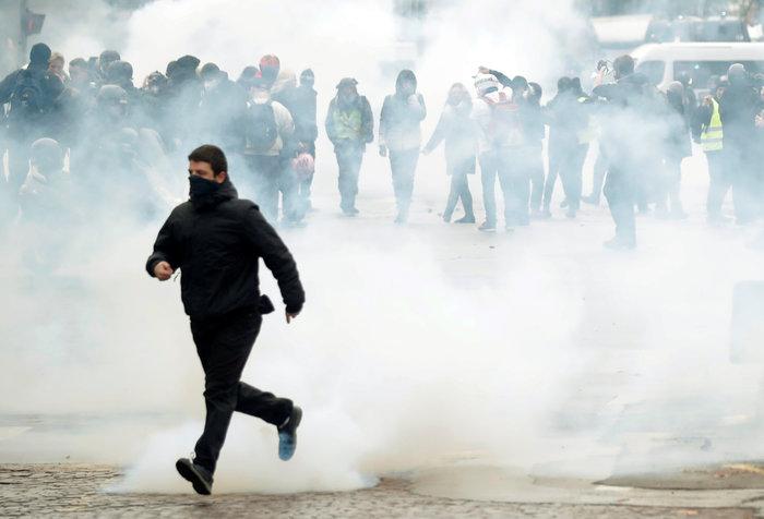 Επεισόδια, δακρυγόνα και συλλήψεις στην επέτειο των «Κίτρινων Γιλέκων» - εικόνα 9