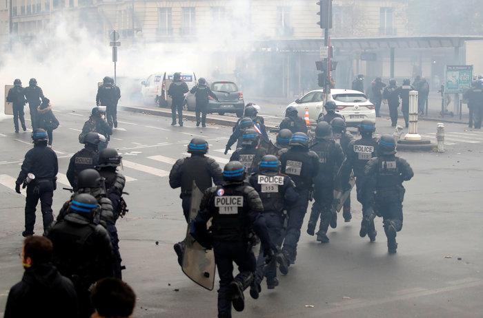 Επεισόδια, δακρυγόνα και συλλήψεις στην επέτειο των «Κίτρινων Γιλέκων» - εικόνα 12