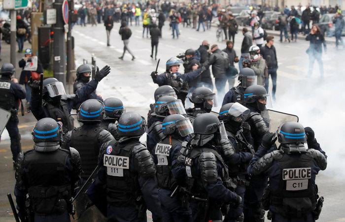 Επεισόδια, δακρυγόνα και συλλήψεις στην επέτειο των «Κίτρινων Γιλέκων» - εικόνα 13