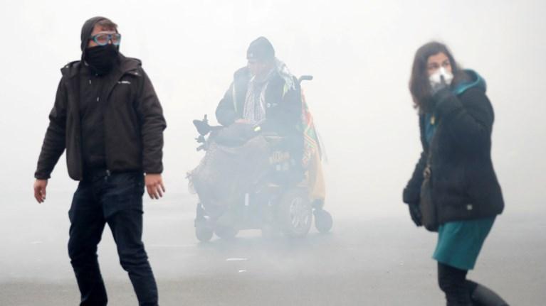 Δακρυγόνα και συλλήψεις στον ένα χρόνο των «Κίτρινων Γιλέκων»
