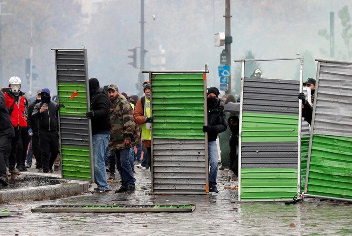 Επεισόδια, δακρυγόνα και συλλήψεις στην επέτειο των «Κίτρινων Γιλέκων» - εικόνα 7