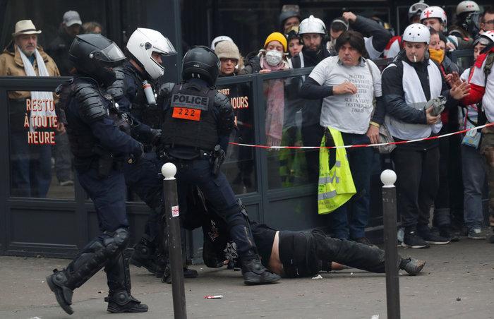 Επεισόδια, δακρυγόνα και συλλήψεις στην επέτειο των «Κίτρινων Γιλέκων» - εικόνα 4