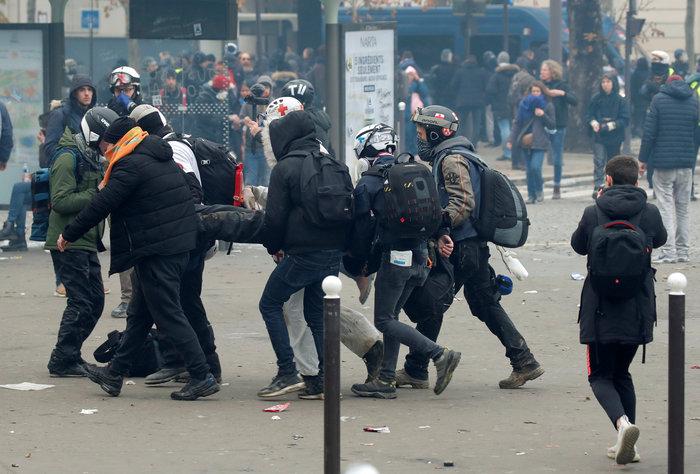 Επεισόδια, δακρυγόνα και συλλήψεις στην επέτειο των «Κίτρινων Γιλέκων» - εικόνα 2