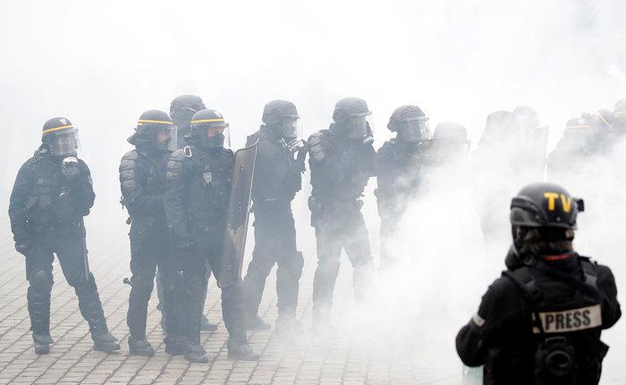 Επεισόδια, δακρυγόνα και συλλήψεις στην επέτειο των «Κίτρινων Γιλέκων»
