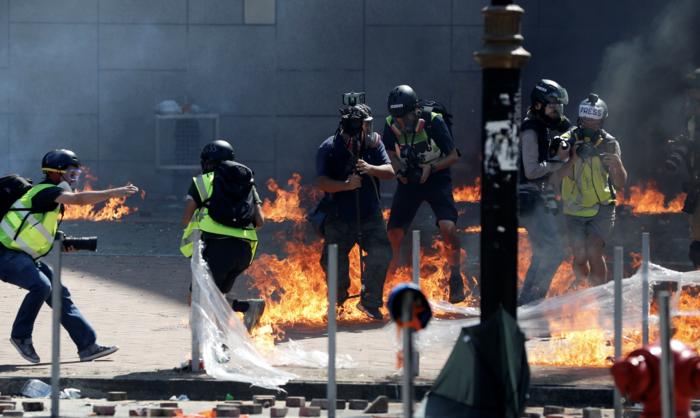 Χονγκ-Κονγκ: εκτοξεύουν βέλη και μολότωφ κατά των αστυνομικών