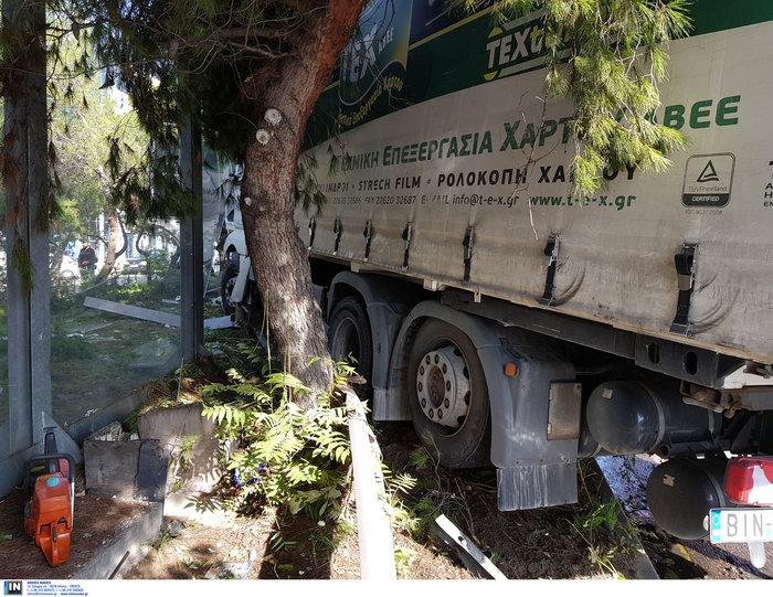 «Τρελό» φορτηγό νέκρωσε την εθνική στον Κηφισό - εικόνα 7